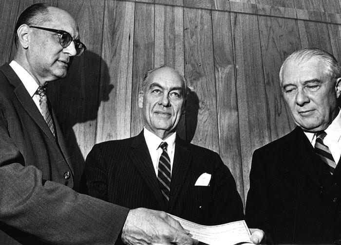 Перед президентскими выборами 1948 года по всем выкладкам Гэллапа выходило, что  победу одержит Томас Дьюи (на нижнем снимке в центре), и он уже предвкушал триумф своего метода(абсолютно уверенный в своей правоте Гэллап —   на верхнем фото в центре), но жестоко ошибся