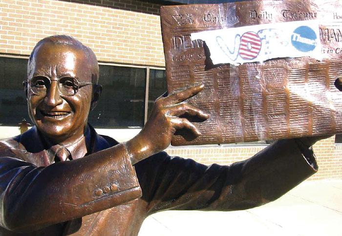Гарри Трумэн с той самой газетой в руках теперь отлит и в бронзе