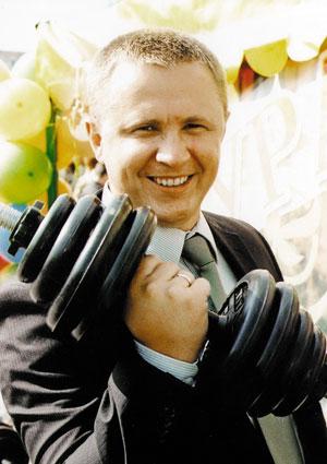 В юности Артьемев увлекался силовыми тренировками, поэтому  знал, какими должны быть правильные гири и штанги