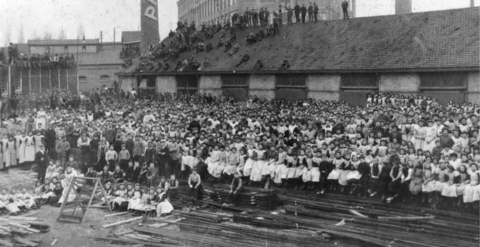 Снимок, на котором запечатлены все служащие компании, был сделан в 1910 году уже на новом заводе