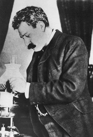 Герард Филипс в  своей  лаборатории в  Эйндховене