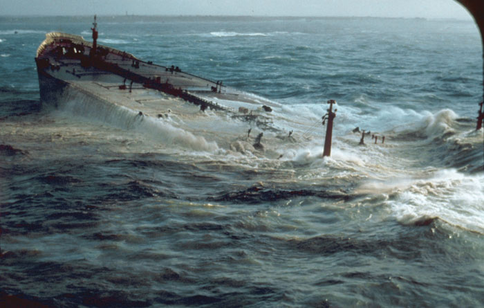 Крушение танкера «Амоко Кадис» поставило на грань экологической катастрофы все северное побережье  Франции