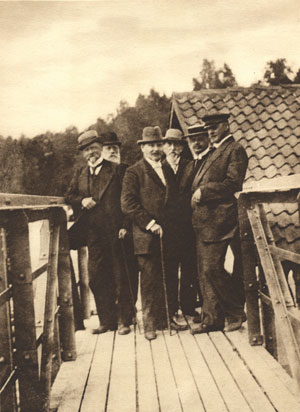 Топ-менеджмент компании в 1913 году.  В центре — Лео Мечелин