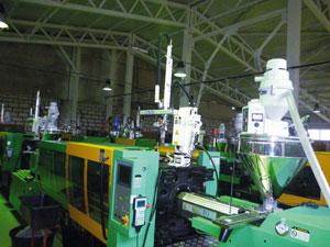 На производстве пластиковых деталей высокий уровень автоматизации