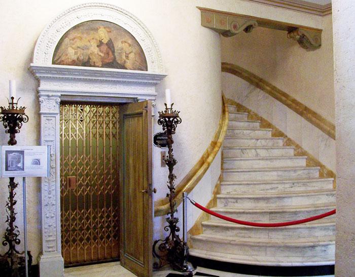 Лифт Otis , установленный в 1926 году во флоридском  имении Джона Ринглинга, владельца знаменитого цирка Barnum & Bailey, ныне стал экспонатом музея искусств, открытого в этом дворце
