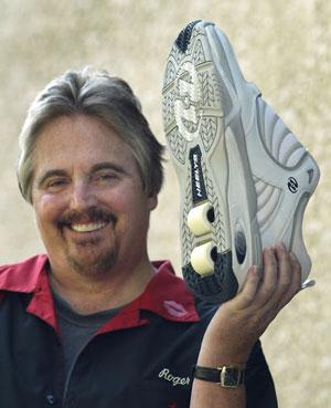 Роджер Адамс гордо демонстрирует гигантские кроссовки, изготовленные по заказу для баскетболиста Шакила О'Нила, чей рост составляет 216 см