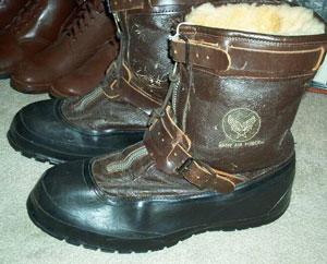 Во время Второй мировой войны компания выпускала нетолько традиционные кеды, ноикожаные ботинки длядесантников илетчиков A6 Flying Boot