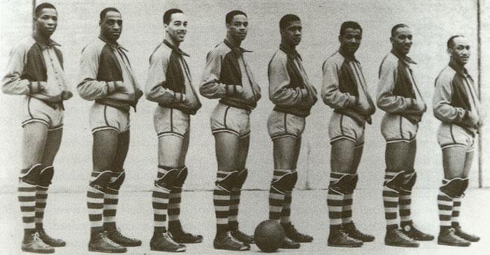 Члены команды чернокожих баскетболистов Rens, изобретших уникальную методику игры, какиЧак Тэйлор, всегда носили только Сonverse