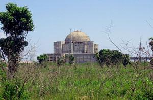 Здание не достроенной советскими специалистами АЭС Хурагуа в 200 км от Гаваны уже сильно обветшало