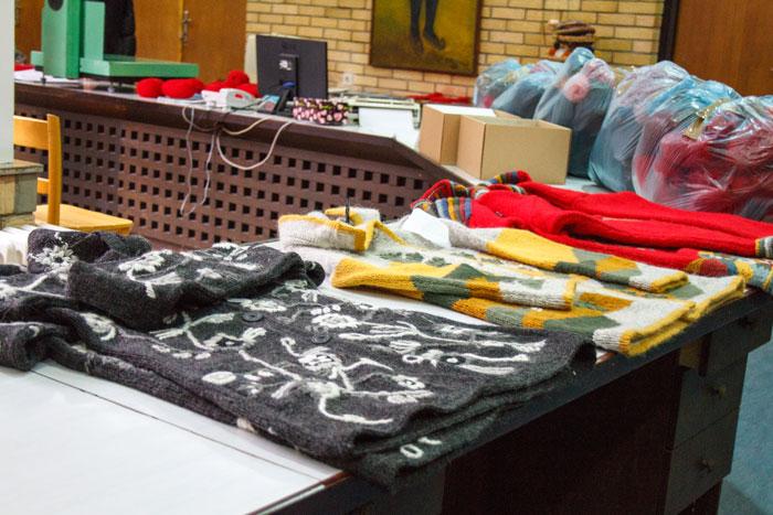 Материал для изготовления шерстяной одежды мастерицы берут в офисе компании Sirogojno Style, расположенном в деревне Сирогойно, сюда же они приносят готовую одежду и остатки пряжи. Качество работы проверяется приемщиками, после чего готовые изделия и излишки шерсти взвешиваются, вес должен совпадать с весом выданной пряжи.