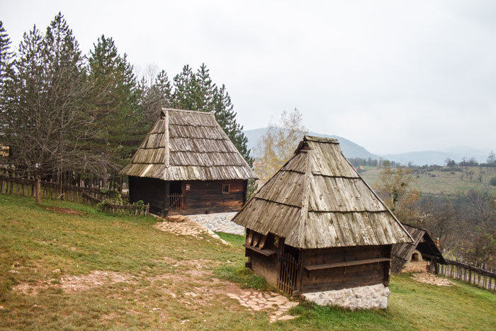 Радэ стремится сделать из Сирогойно центр туризма. Несколько лет назад на территории деревни открылся этномузей под открытым небом, где можно посмотреть, как жили сербы сотни лет назад. Музей притягивает в регион туристов, дает работу местным жителям и прославляет маленькую деревушку на западе Сербии.