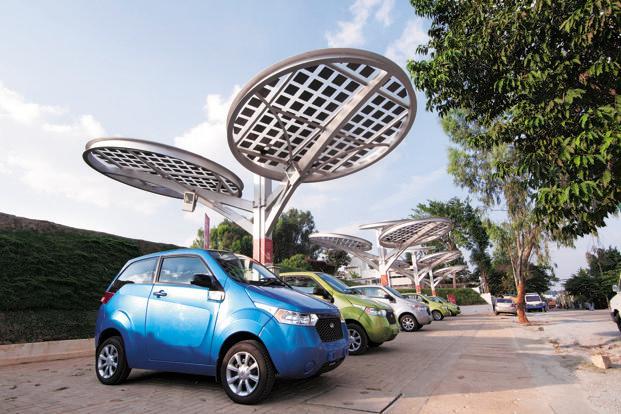 Mahindra e2o подзаряжается от солнечных батарей на заводе в Бангалоре